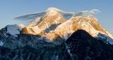 Эверест загрязнили микропластиком